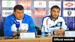 Тажикстан футболчуларынын буга чейинки башкы машыктыруучусу Мубин Эргашев жана капитан Хуршед Махмудов.