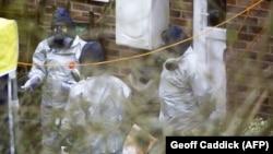Britaniya kimyəvi silah ekspertləri Skripalların həyətində