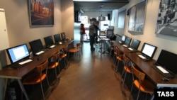 Интернет кафе. Мәскеу, 21 қыркүйек 2012 жыл. (Көрнекі сурет)
