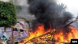 В ходе полицейской операции загорелась одна из палаток.