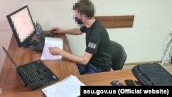 Правоохоронці додають, що під час обшуків виявили у фігурантів документи, комп'ютерну техніку, електронні носії інформації та майже 17 тисяч пакетів мобільних операторів