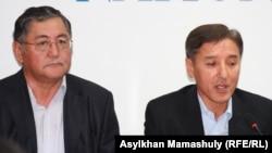 Рысбек Сарсенбай (слева) и Болат Абилов, члены инициативной группы по проведению референдума. Алматы, 11 сентября 2012 года.