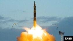 """Лидер партии """"Яблоко"""" предлагает решить стратегические проблемы одним пакетом. Испытательный пуск ракеты """"Тополь"""" в Плесецке"""