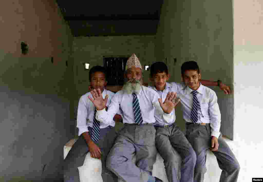 """""""Сначала я не понимал, почему этот старик учится с нами. Но спустя некоторое время мне понравилось с ним общаться"""", – рассказывает 14-летний Сагар Тапа, одноклассник Дурги"""