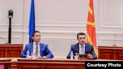 Премиерот Зоран Заев и шефот на дипломатијата Никола Димитров на прес-конференција во Влада по усвојување на текстот за договорот со Бугарија