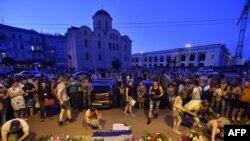 Украинцы несут цветы и свечи к посольству Нидерландов в Киеве (17 июля 2914 года)