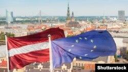 Флаги Латвии и Евросоюза на фоне Риги.