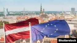Прапори Латвії і ЄС на тлі панорами Риги ©Shutterstock