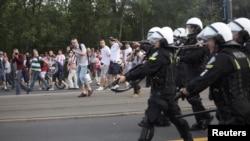 Польская полиция разгоняет участников столкновения между футбольными болельщиками в Варшаве. 12 июня 2012 года.