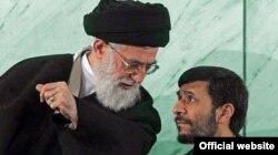 Иран президенті Махмуд Ахмединежад (оң жақта) пен осы елдің рухани жетекшісі аятолла Әли Хаменеи.