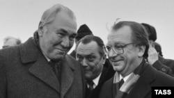 Первый заместитель председателя Совета министров РСФСР Фикрят Табеев (л) и председатель правительства Баден-Вюртемберга Лотар Шпэт. 10 февраля 1988 года