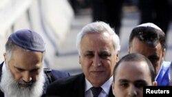 Moshe Katsav însoțit de avocați și rude