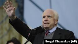 Сенатор Джон Маккейн на майдані Незалежності в Києві, 15 грудня 2013 року