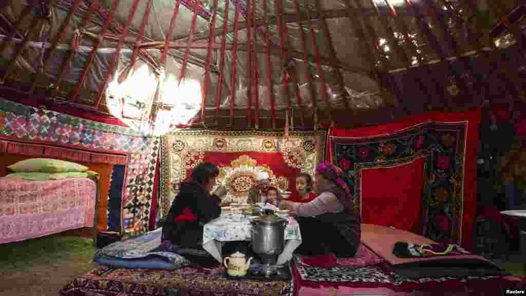 Семья кочевников завтракает в юрте.