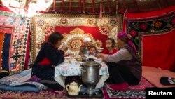 Казахская семья за завтраком в юрте. Автор фото – корреспондент Reuters Шамиль Жуматов.