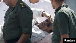 Եգիպտոս - Հոսնի Մուբարաքը դատական լսումներից հետո տեղափոխվում է զինվորական հոսպիտալ, Կահիրեի Մաադի արվարձան, 25-ը օգոստոսի, 2013թ․