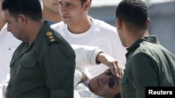 Экс-президент Египта Хосни Мубарак на пути в военный госпиталь