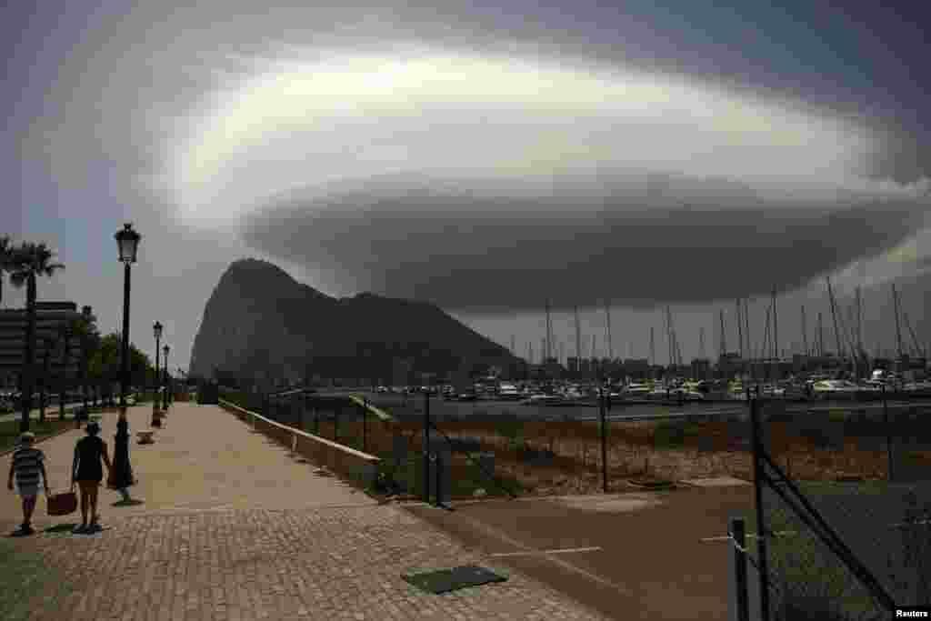 Гибралтаралъул Испаниялъул рахъалда бугеб къватI. Нахъа бихьула Британиялъул террритория. (Reuters / Jon Nazca)