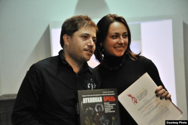 Вручение премии за самую громкую выставку года в Москве Евгении Мальцевой, 4 декабря 2012 г. Фото Татьяны Сушенковой.