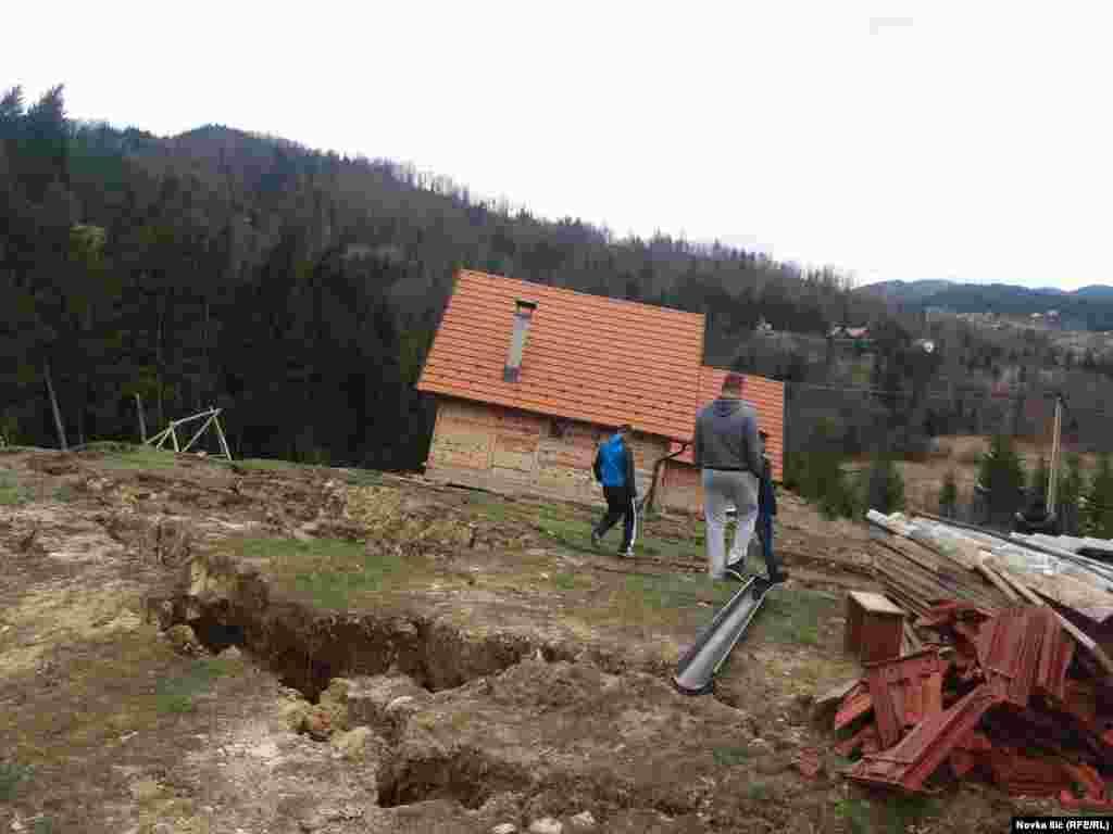 Jedna od kuća koja je dobila izraženi kosi nagib nakon pokretanja zemljišta.