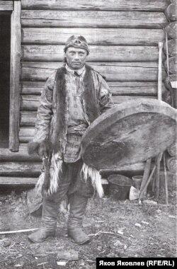 Селькупские шаманы с р. Кети. 1912 г. Фото: К. Доннер