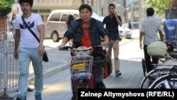 Пекин көшесіндегі ер адамдар. Көрнекі сурет.