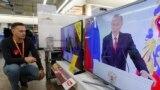 Dükanda TW-den W.Putini diňleýän adam