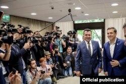 Alexis Tsipras (dreapta) și Zoran Zaev (stânga)