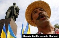 Під час мітингу до Дня Незалежності України біля пам'ятника Тарасу Шевчунку в Києві, 24 серпня 2010 року
