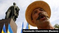 Во время митинга ко Дню Независимости Украины возле памятника Тарасу Шевченко в Киеве, 24 августа 2010 года
