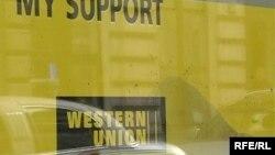 O'zbek banklarining Ozodlikka bildirishicha¸ pul jo'natmalaridan ulush olina boshlaganiga Western Union kabi tizimlarning banklarga to'lab kelgan xizmat haqini kamaytirgani sabab bo'lgan.