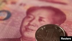 Монета и банкнота номиналом 100 китайских юаней.