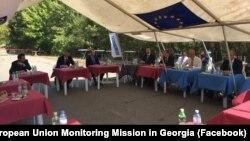 Из-за пандемии эргнетские встречи проводятся в открытом шатре, с соблюдением дистанции расставлены столы, на которых вода, минералка и санитайзер
