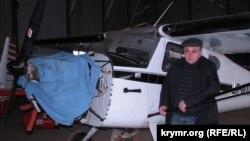 Сергей Шевчук у своего самолета на принадлежащем ему аэродроме «Табаско» под Евпаторией. 2012 год