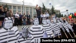 La un amplu protest în fața guvernului împotriva anulării alegerilor anticipate pentru funcția de primar al Chișinăului, câștigate de Andrei Năstase, 1 iulie 2018