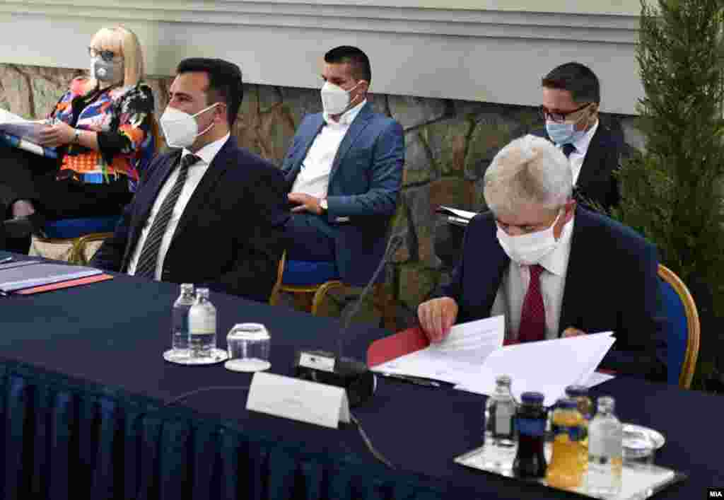 МАКЕДОНИЈА - ДУИ денеска соопшти дека разговорите за формирање владина коалиција со СДСМ продолжуваат и дека се одвиваат на различни партиски нивоа.