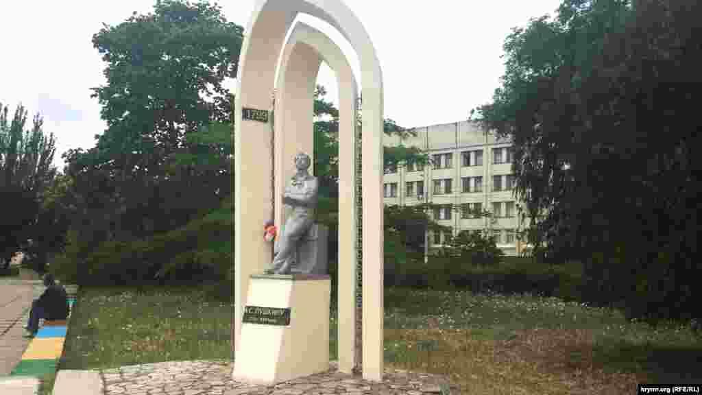 Памятник Александру Пушкину установили на набережной города17 сентября1999 года к 200-летию поэта