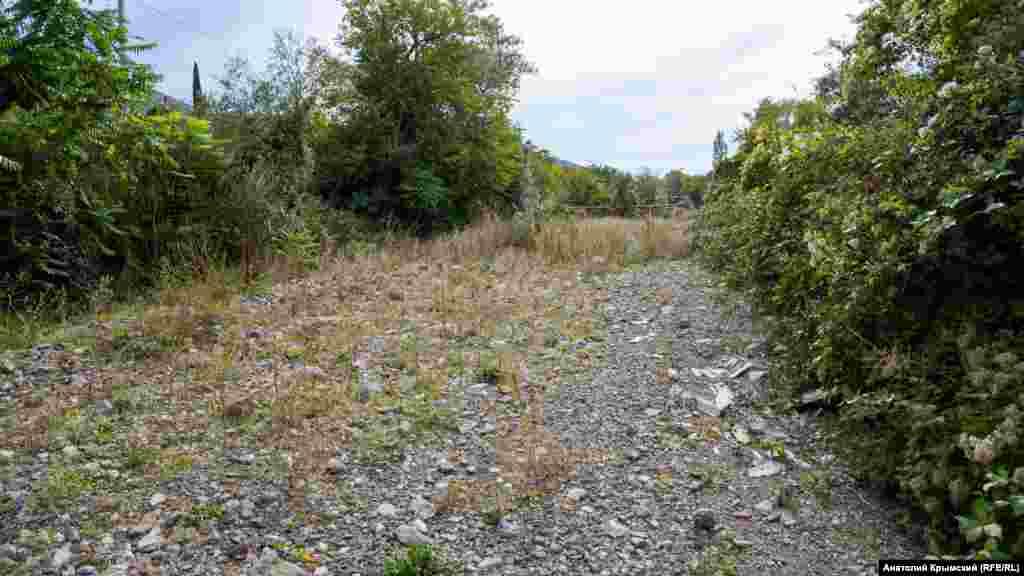 Полностью пересохшее русло реки Ай-Серез, которая пересекает село на всем его протяжении. Особенность Ай-Сереза, длина которого чуть более 9 километров – селевые потоки