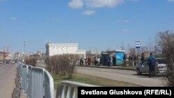 Көлік күтіп тұрған адамдар. Астана, 29 сәуір 2015 жыл.