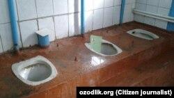 Туалет в средней школе №12 в городе Ангрен Ташкентской области.