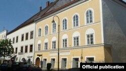 Адольф Һитлер Зальцбургер Форштадт урамындагы 15-нче йортның өченче катында, сулдан өченче тәрәзәле бүлмәдә туган