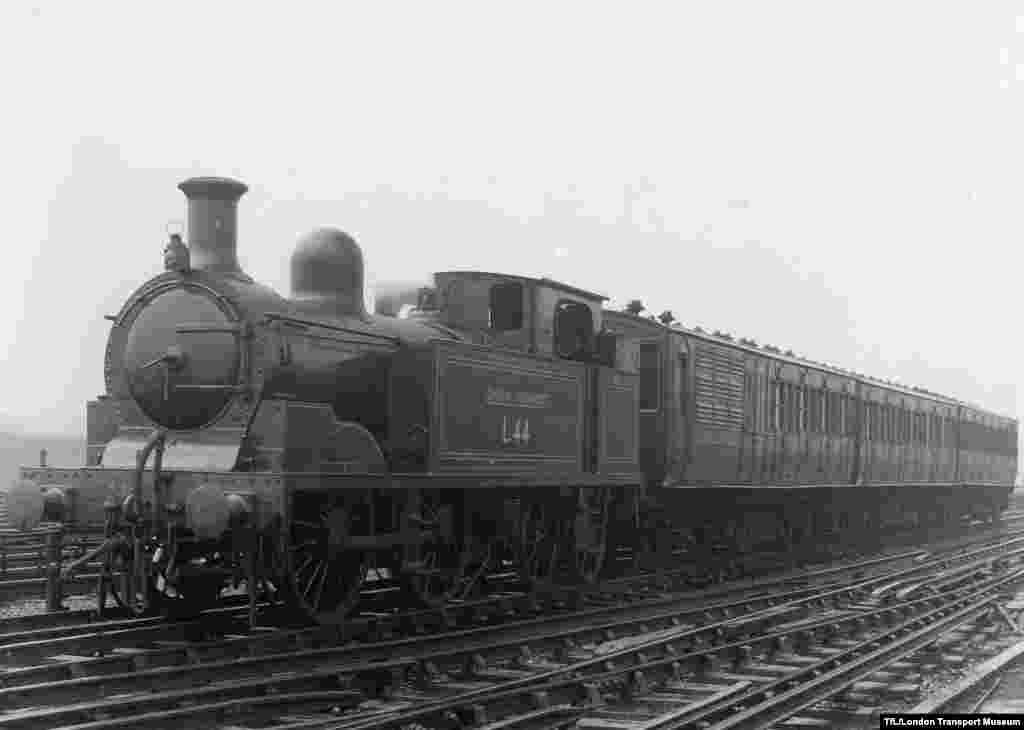 """Böyük Britaniya. London metrosunun ilk dönəmləri. 1863-cü il yanvarın 9-da dünyaya Londonda """"dünyaya göz açan"""" bu yeraltı nəqliyyat növü ilk aylar günə 26 000 sərnişin daşıya bilirmiş."""