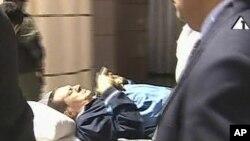 Қаирде сот отырысына зембілмен келген бұрынғы президент Хосни Мүбәрәк. 15 тамыз. 2011