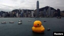 Rəssam Florentijn Hofmanın hazırladığı «rezin ördək» (Rubber Duck) Hong Kong-da