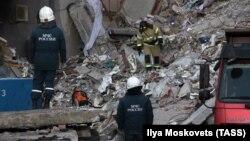 Сотрудники МЧС на месте взрыва в Магнитогорске
