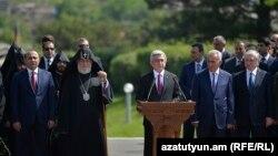 Армения президенті Серж Саргсян (ортада) «Сардарапат» мемориалдық кешенінде өткізілген шарада сөйлеп тұр. 28 мамыр 2016 жыл.