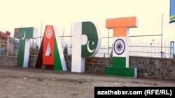 خط لوله تاپی رقیب خط لوله موسوم به «صلح» است که قرار بود گاز میدان پارس جنوبی ایران را به پاکستان و هند ارسال کند