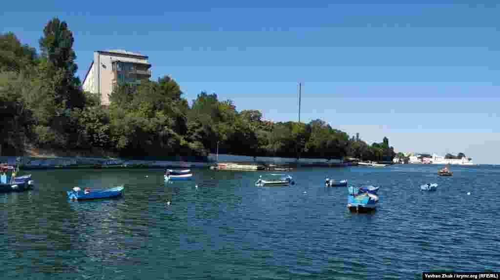 Рибальські човни «припарковані» в бухті