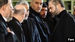 عبدالله صفی الدین، نماینده حزب الله لبنان در ایران (سمت راست)در حال گفت وگو با قاسم سلیمانی (عکس از آرشیو)