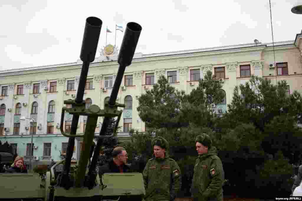 На площі Леніна з нагоди Дня захисника Вітчизни Росії сімферопольцям показали військову техніку і зброю, 20 лютого 2016 року